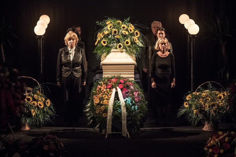 Lidé se přicházeli 5. října rozloučit do pražského divadla ABC s herečkou Květou Fialovou.