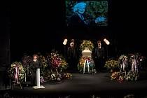 Lidé se přicházeli 5. října rozloučit do pražského divadla ABC s herečkou Květou Fialovou. Na snímku s projevem Naďa Kovalinková.