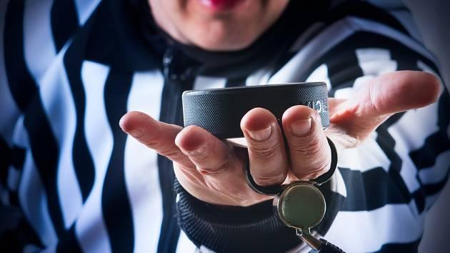 Hokejový rozhodčí. Ilustrační foto.