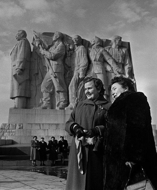 Fronta na maso. Zahraniční delegátky, které do Československa přicestovaly na oslavu Mezinárodního dne žen, před pomníkem Josifa Vissarionoviče Stalina na Letné. Březen 1956.