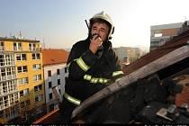 Od zapalování krbu začala hořet i střecha