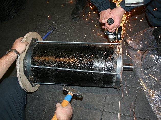 Rohy byly přepravovány v důmyslném úkrytu vytvořeném v jádru cívky s navinutým elektrickým kabelem