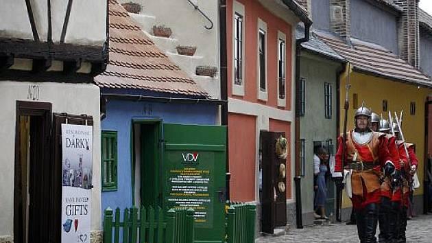Prezident Václav Klaus otevřel 1. června Zlatou uličku na Pražském hradě po její roční rekonstrukci.
