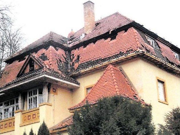 Storchova vila na Zbraslavi. Pohled na střechu zbavené okapů nevěstí ze stavebního hlediska nic dobrého. Dům prý umírá mnohem rychleji, když do něj zatéká.