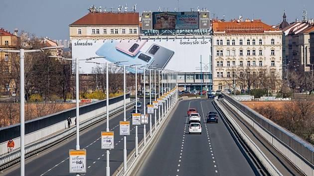 Praha usiluje o odstranění nelegálního LED billboardu nad Nuselským mostem dlouhé roky.