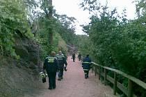 MARNÁ SNAHA. Trojskou zoo prohledávalo několik desítek lidí, mezi nimi i dobrovolní hasiči z Březiněvsi.