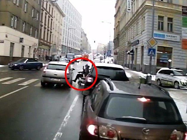 Střet s vozíčkářem na přechodu pro chodce v Janovského ulici v Holešovicích.