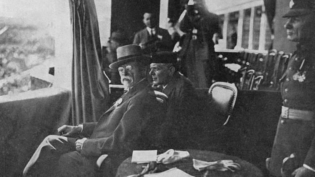 Dělnická olympiáda – Dělnické olympiády se za první republiky těšily velké oblibě, a i prezident Tomáš Garrigue Masaryk, který jinak dával přednost Sokolu, podporoval tyto tělocvičné akce. Na obrázku T.G.M. na druhé dělnické olympiádě v roce 1927.
