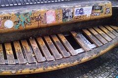 Lesy hl. m. Prahy opravily poničenou lavičku nedaleko náměstí Republiky
