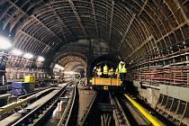 Pracovníci dopravního podniku (DPP) rozšiřují signál rychlého internetu v pražském metru.
