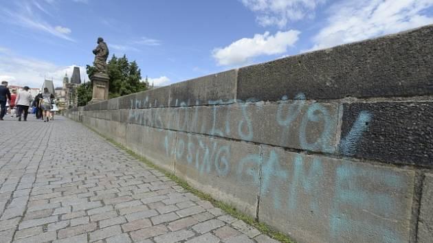 Karlův most, který 9. 7. 2021 posprejovali vandalové.