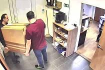 Policie v Praze hledá podvodného kurýra.
