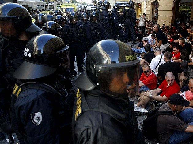 BITKA. Bělehradští rowdies, kteří přicestovali na zápas svého týmu se Slavií, připravili policistům v centru Prahy perné chvíle.
