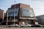 Brutalistická budova banky ve Štefánikově ulici na Smíchově přezdívaná bunkr.