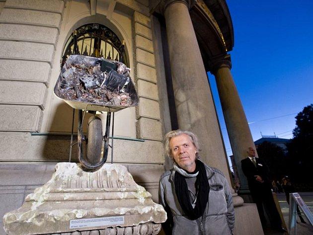 Před budovou Goethova institutu v Praze byl v pátek 2. října 2015 slavnostně odhalen dočasný pomník německého básníka Johanna Wolfganga von Goetheho, který vytvořil výtvarník Jiří David (na snímku).