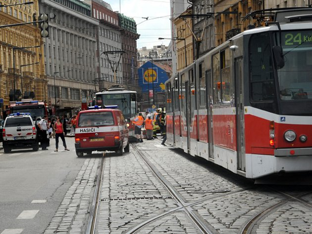 Jednotka HZS Praha pomáhala ZZS při záchraně ženy sražené tramvají.