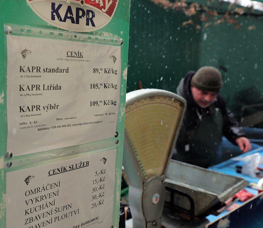 Prodej kaprů na Tylově náměstí v Praze.