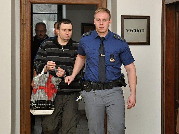 Jiří Pletánek doprovázený policejní eskortou.