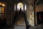 Přízemní foyer čeká rozsáhlá práce restauratérů.