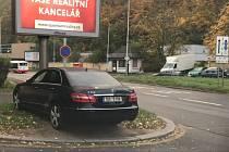 V metropoli se rozmáhá parkování na zeleni.