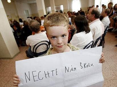 Prvňáček Lukáš Málek bojuje za zachování jeho školy.