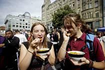 """Oběd zdarma pro tisíc lidí, který upozornil na plýtvání jídlem, proběhl 10. září v Praze. Akci pořádala skupina """"Zachraň jídlo"""". Tisíc porcí jídla se uvařilo z potravin, které by supermarkety musely zbytečně vyhodit."""