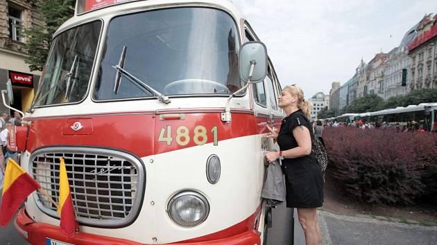Dopravní podnik hlavního města Prahy vypravil slavnostní průvod autobusů k oslavě 90. let autobusové dopravy v hlavním městě. Celkem 17 autobusů vyrazilo z Václavského náměstí přes Újezd na Hradčanské náměstí.