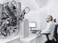 Marek Kotrlý, odborník na forenzní mikroskopii z Kriminalistického ústavu Praha, u elektronového mikroskopu. Ten v boji se zločinem pomáhá analyzovat částečky i o velikosti v řádu mikrometrů.