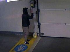 Muži, kteří se vloupali do podzemních garáží v ulici Na Vyhlídce .