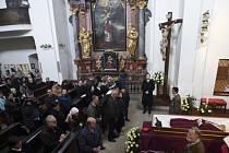 Lidé se loučí se zesnulým kardinálem Miloslavem Vlkem, jehož tělo bylo 24. března vystaveno v pražském kostele svatého Benedikta.