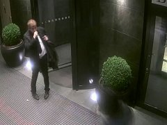Podezřelý ve vstupních dveřích.