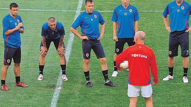 DOMLUVA. Trenér fotbalistů Sparty Michal Bílek promlouvá ke svým svěřencům na posledním tréninku před duelem s londýnským Arsenalem.