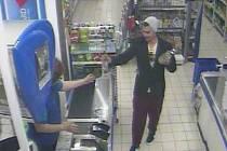 Záběr z kamerového systému u pokladny