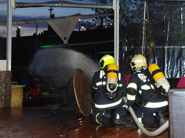 Požár plynového teplometu na zahradní části restaurace a klubu Lávka u Karlova mostu v Praze.