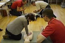 Jednu z hlavních dovedností, kterou učitelky a učitelé na osmihodinovém kurzu první pomoci trénují, je masáž srdce a dýchání z úst do úst.