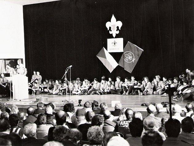 """První setkání skautských činovníků se uskutečnilo 2.prosince 1989vsále Městské knihovny vPraze a na nádvoří sousedního Klementina. """"Při setkání bylo čteno Sedmibodové prohlášení a byla obnovena činnost organizace Junák,"""" zavzpomínal Roman Šantora."""