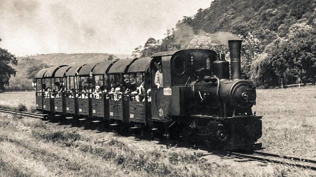 Historický snímek dětského parního vlaku, který na počátku druhé poloviny 20. století jezdil v pražské zoologické zahradě.