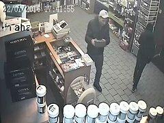 Policisté pátrají po muži, který v kadeřnictví na pražském Žižkově odcizil pokladničku s více než třinácti tisíci korunami.