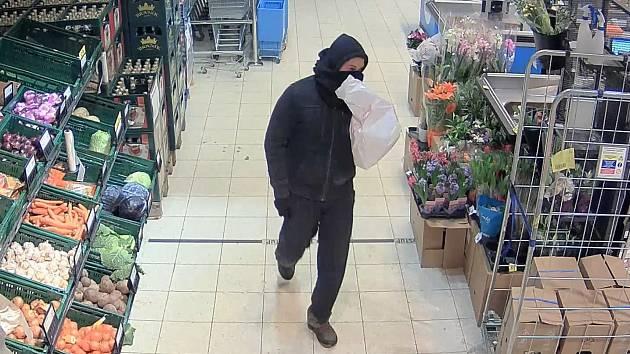 Kriminalisté pátrají po dosud neznámém lupiči z hostivařského supermarketu.