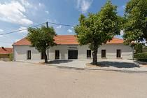 Rekonstrukce hospody se sálem v Máslovicích od Atelier Bod Architekti.