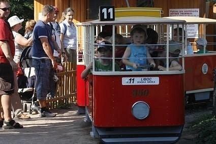 Oblíbená tramvajka v pražské zoo.