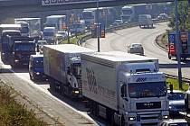 Kamiony ve Spořilovské ulici v Praze 21. září 2010. Den po otevření jihozápadní části Pražského okruhu začal platit zákaz vjezdu nákladních automobilů těžších než 12 tun na část úseku Jižní spojky a ulice K Barrandovu.