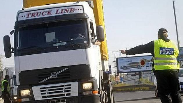 Příslušníci městské policie odklánějí kamiony z Jižní spojky do Spořilovské ulice.