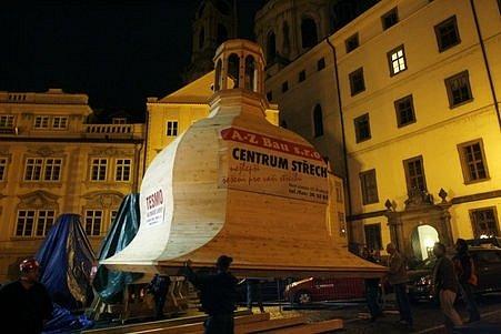 Za asistence obřího jeřábu se uskutečnilo 25. září přemístění nové velké kopule Malostranské besedy od vltavského břehu na Malostranské náměstí, kde bude slavnostně usazena na střechu.