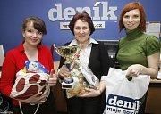 Kateřina Bouda Kašparová (zcela vpravo) a další milovnice koček a stálá předsedkyně poroty soutěže Eva Pilarová (druhá zprava) při jednom z minulých ročníků Miss kočka.