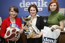 Pořadatelka soutěže Miss Kočka 2009 Kateřina Bouda Kašparová (vlevo) a šéfredaktorka Pražského deníku Jana Heřmánková (vpravo) předaly 16. března 2009 cenu Pražského deníku majitelce vítězného kocoura Lojzy Jarmile Hrubešové (uprostřed).