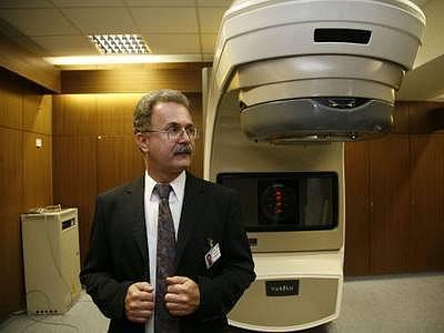 ZAHÁJENÍ. Ředitel Bulovky Petr Sláma včera slavnostně zahájil provoznové radioterapeutické techniky.