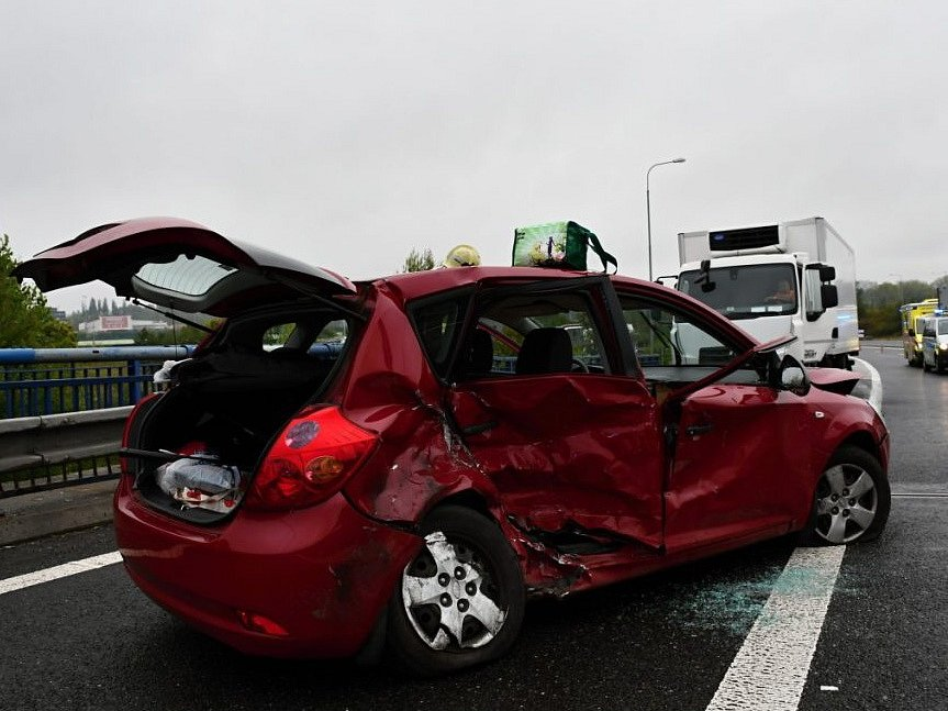 Při nehodě dvou aut na začátku dálnice D6 se zranilo šest lidí.