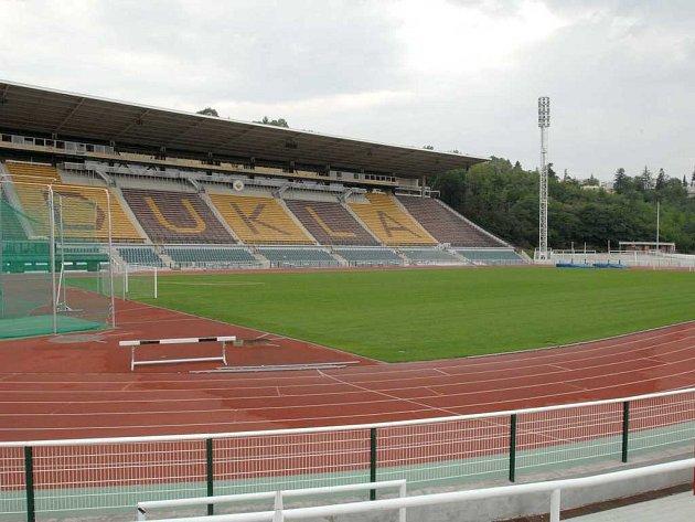 Stadion neosiří. Navzdory ne zrovna příznivému postoji ministryně Parkanové stadion Dukly na Julisce stále kypí čilým sportovním životem, využívají ho hlavně fotbalisté a atleti.
