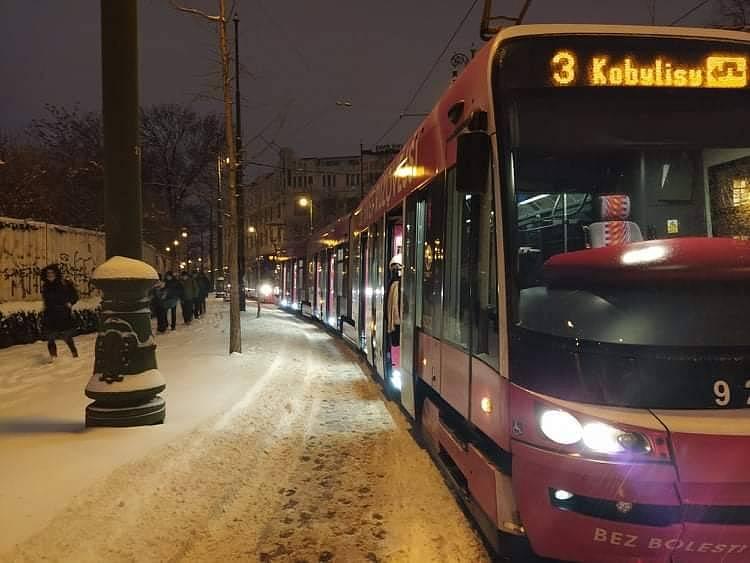 Sníh komplikuje městskou hromadnou dopravu v Praze a okolí.
